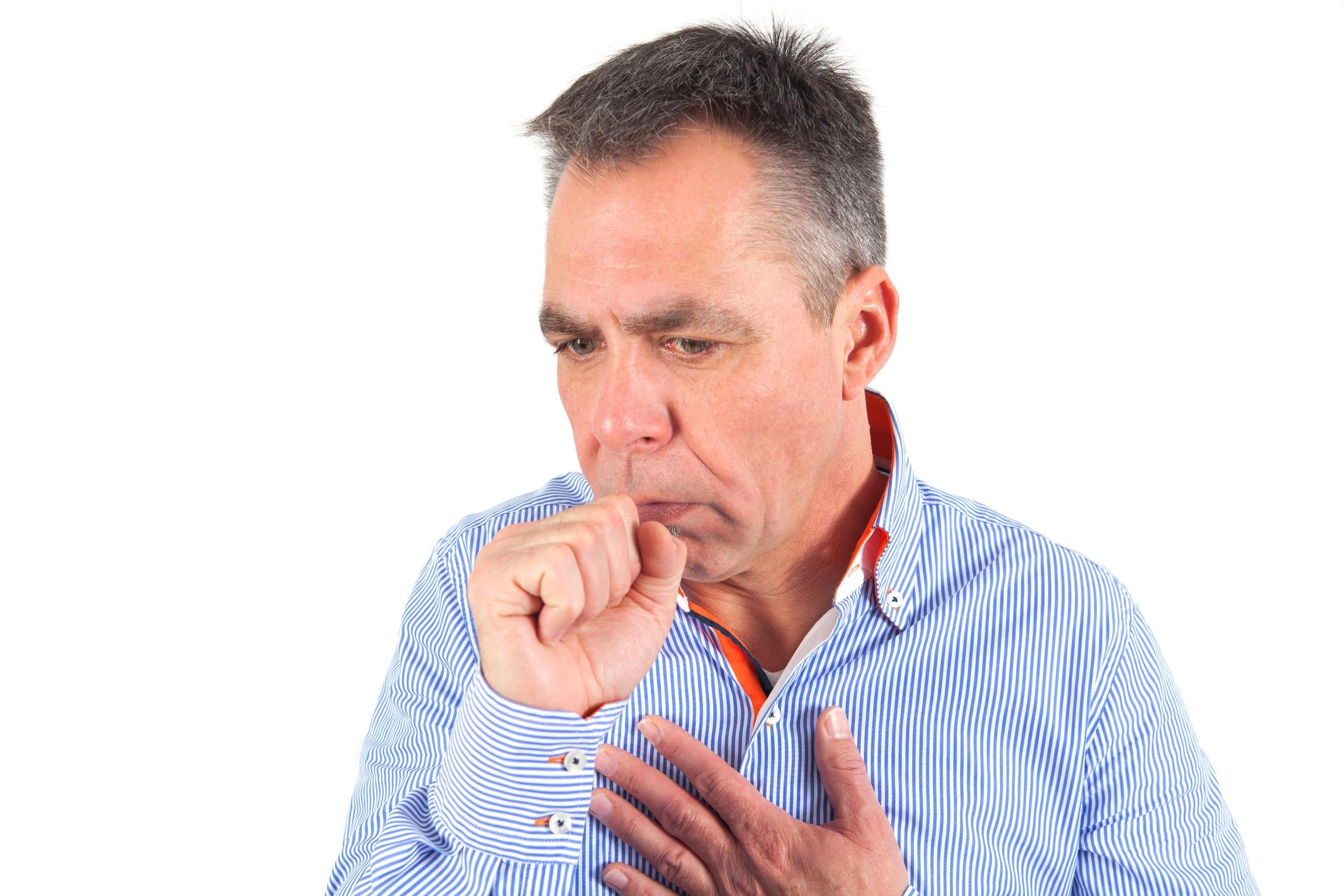 La tos y la dificultad respiratoria son síntomas de la bronquitis.