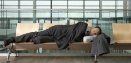 El cansancio y la irritabilidad son síntomas típicos del jet lag.