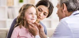 El contagio de la mononucleosis se produce por la transmisión del virus a través de la saliva.