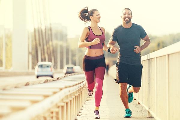 Los mitad de los corredores sale a correr en compañía.