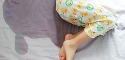 Cuando los niños mayores de 5 años se hacen pis mientras duermen.