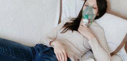 La fibrosis quística causa problemas respiratorios.