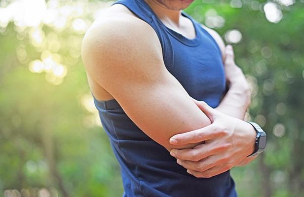 El dolor muscular o la sensación de rigidez son algunos de los síntomas de las agujetas. CinfaSalud