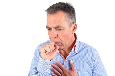 La tos y la dificultad respiratoria son síntomas de la bronquitis. CinfaSalud