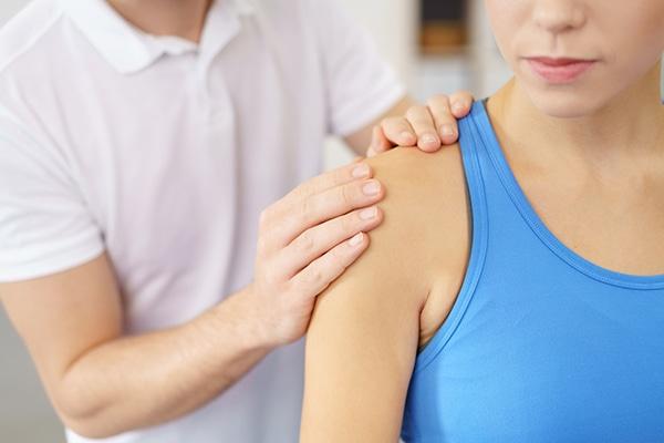 dolor donde la pierna se encuentra con el torso