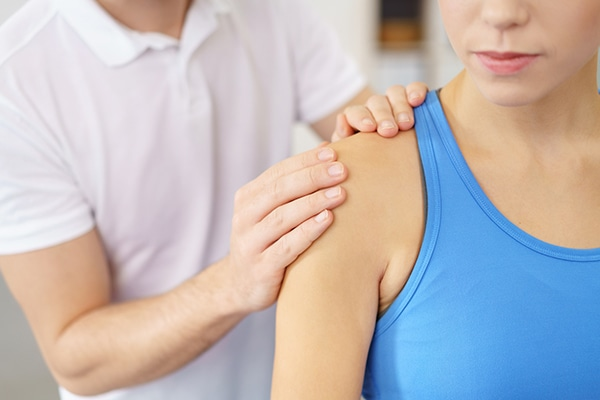 dolor punzante bajo el omoplato izquierdo