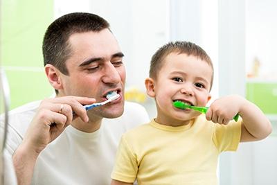 Es importante inculcar en los niños el hábito de una adecuada higiene dental.