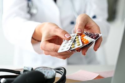 ¿Se pueden combinar ibuprofeno y paracetamol?
