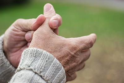 Uno de los síntomas de la adenopatía es el dolor en las articulaciones.