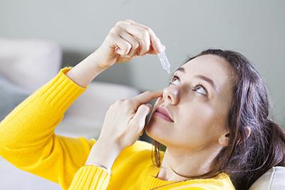 El colirio antibiótico como  tratamiento de la úlcera corneal.