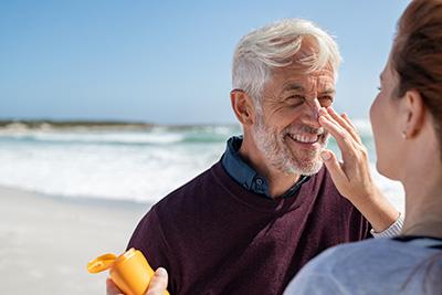 Las cremas fotoprotectoras ayudan a prevenir el fotoenvejecimiento.