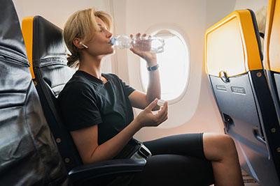 En viajes largos, procura estirar las piernas para prevenir el síndrome de la clase turista.