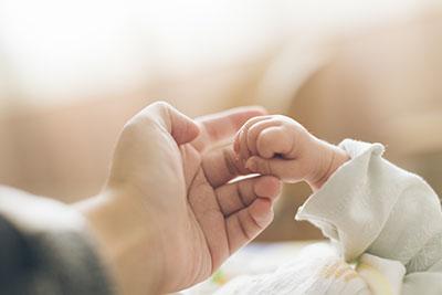 El reflejo de prensión es uno de los reflejos primitivos en los bebés.