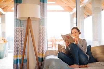 Al leer, es mejor optar por luz natural.