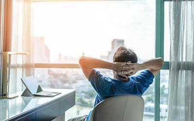 Puedes relajar la vista mirando un punto lejano a través de la ventana.